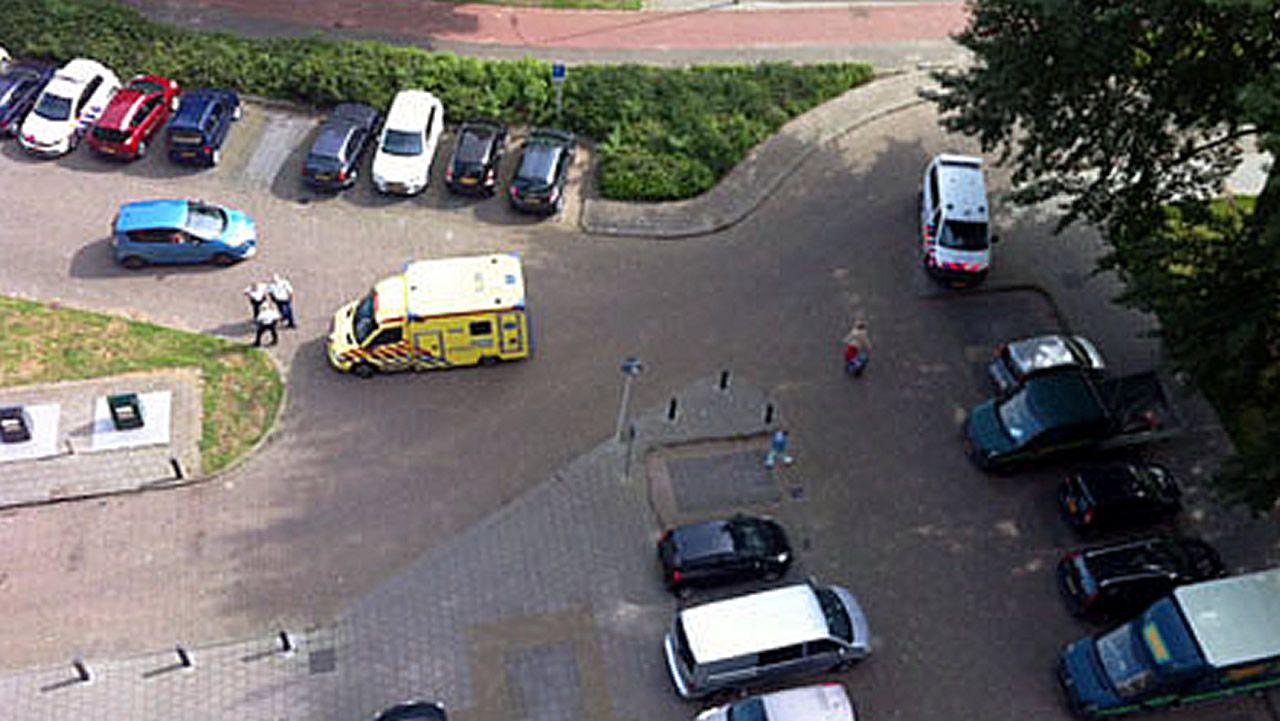 Varios coches de policía y una ambulancia en la zona del suceso