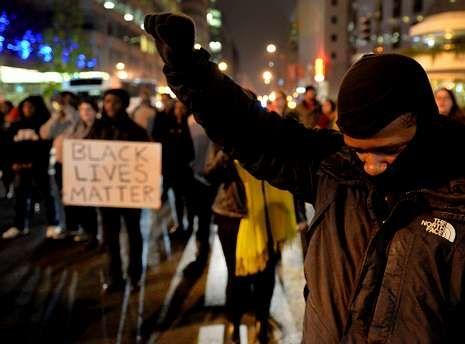 Un hombre durante las protestas en Washington.