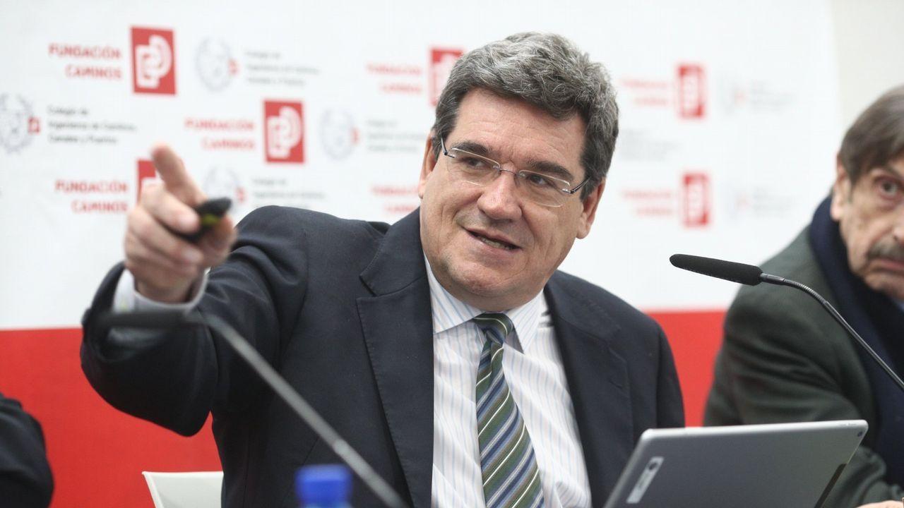 El ministro José Luis Ábalos se dirige a los manifestantes de la Plataforma en defensa del Plan de Vías en la Plaza Mayor de Gijón