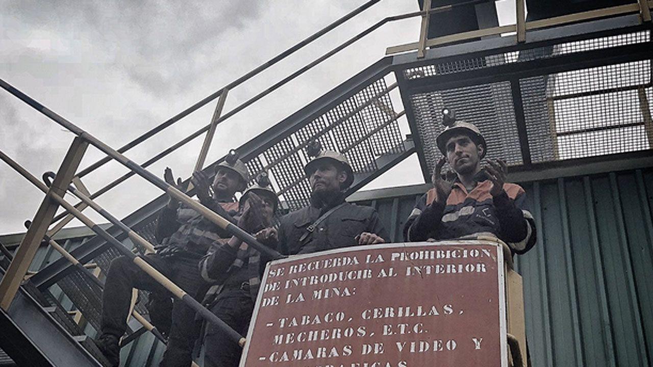 Salida de los mineros encerrados en el pozo Santiago