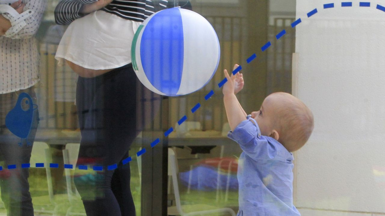 Bebé pie mano.Vanesa Balsa atiende a cinco niños de cero a tres años en su casa nido de Ourol