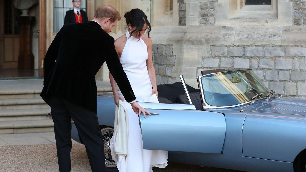 .El Jaguar descapotable que condujo a Meghan y Harry a la cena de gala escondía un detalle que no pasó desapercibido: en la matrícula se podía leer «190518», la fecha del enlace