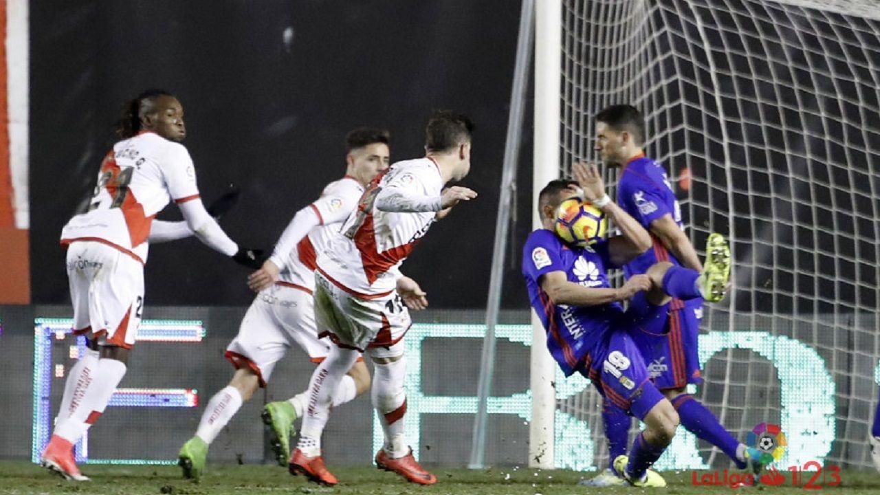 Penalti Christian Fernandez Real Oviedo Rayo Vallecano.Momento en el que el esférico da en el rosto de Christian