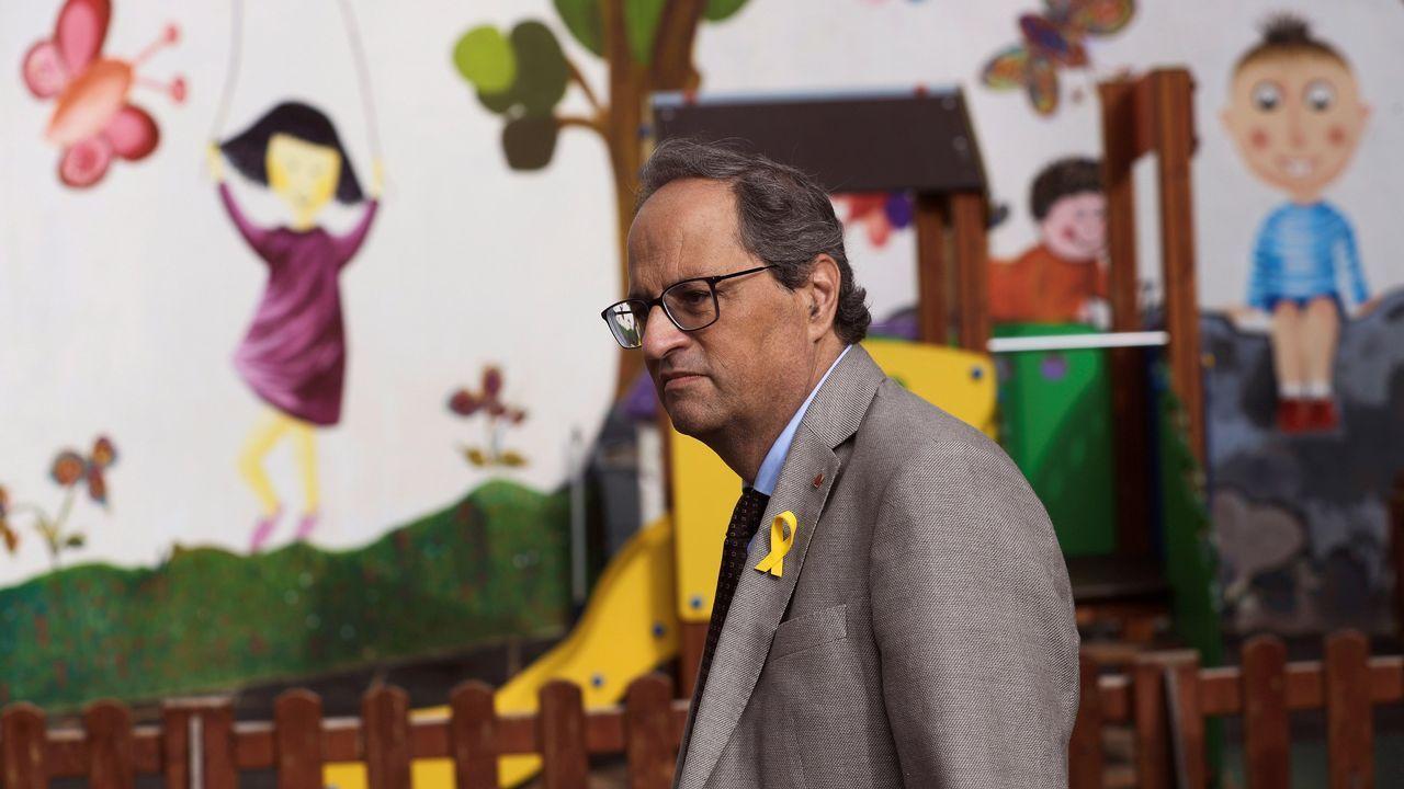 Turbulento aniversario del 1-O.Torra acudió con el lazo amarillo en la solapa a la apertura del curso en un colegio barcelonés