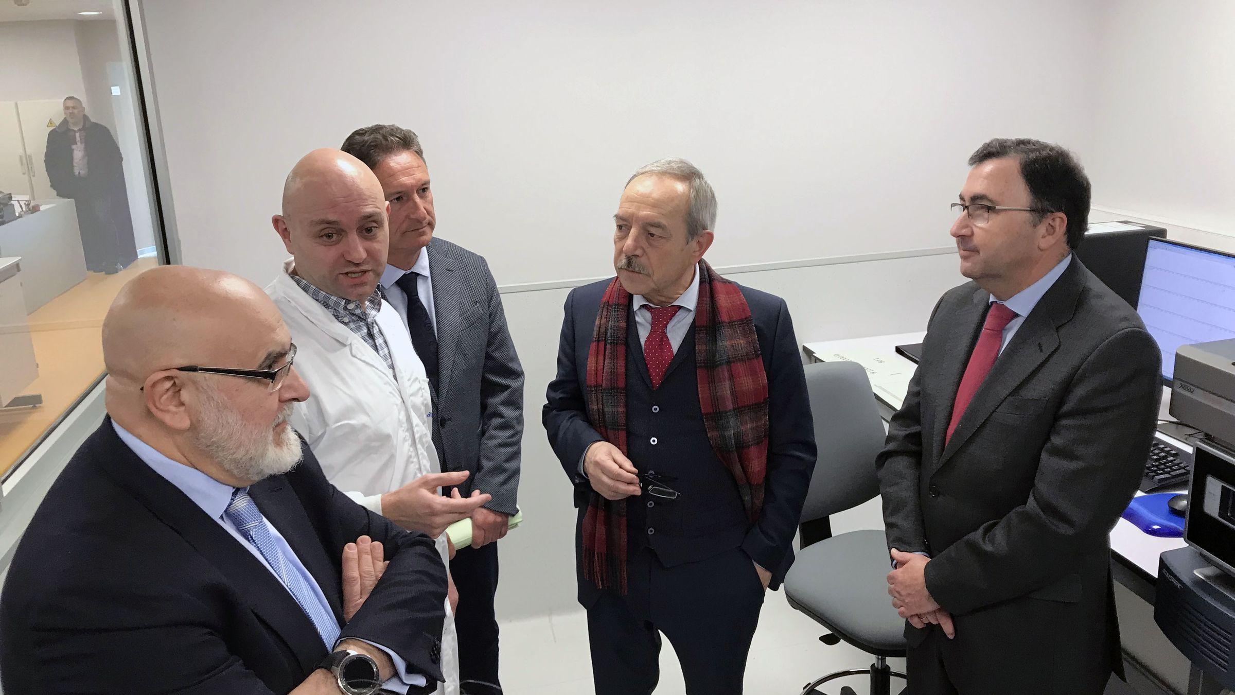 Una investigación matemática abre una esperanza contra el Párkinson.Wenceslao López, alcalde de Oviedo, durante su visita a Laboratorio Central de Calidad de Aguas de Oviedo