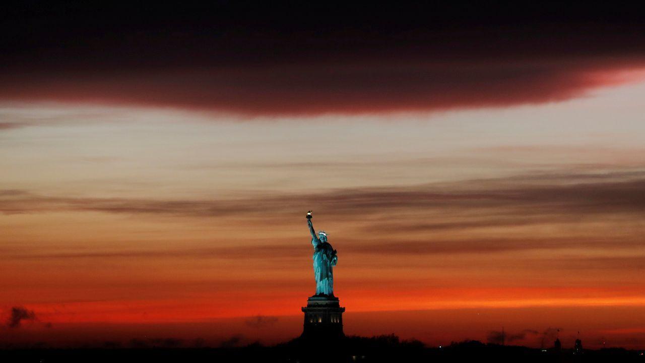 Puesta de sol en Nueva York, bajo una nube de tormenta
