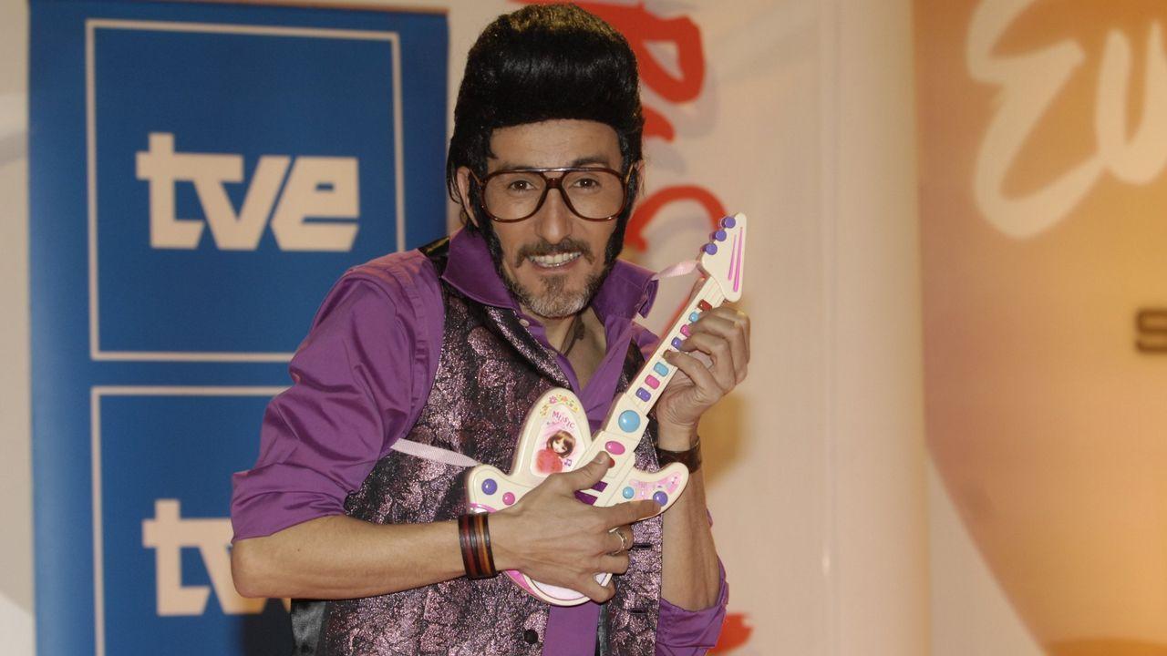 Rodolfo Chikilicuatre se coló como representante de España en Eurovisión en el año 2008, cabreando a un buen puñado de seguidores. Y el caso es que con su tupé, su chaleco brillante y su guitarra de juguetes volvió a España con un honroso decimosexto puesto y 55 puntos