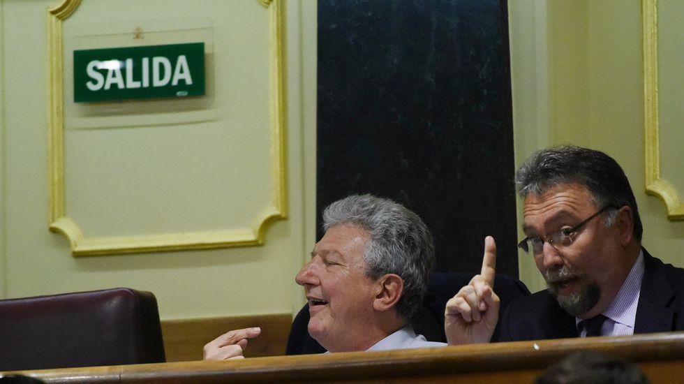 Fernando Lastra atiende a los medios de comunicación.Fernando Lastra