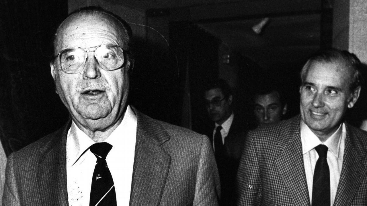 .Imagen tomada en 1986 en plena crisis de gobierno de la Xunta de Galicia, despues de que todos los conselleiros presentaran la dimisión. En la imagen se puede ver a Gerardo Fernandez Albor y a José Manuel Romay Beccaria-