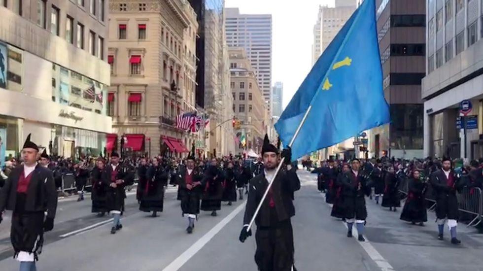 Los gaiteros llanicos desfilan por la Quinta Avenida de Nueva York.Los gaiteros llanicos desfilan por la Quinta Avenida de Nueva York