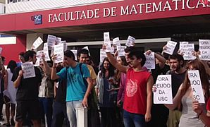 Protesta de estudiantes contra Feijoo en un evento de la USC.El equipo de seguridad del presidente de la Xunta tuvo que intervenir ante la protesta.