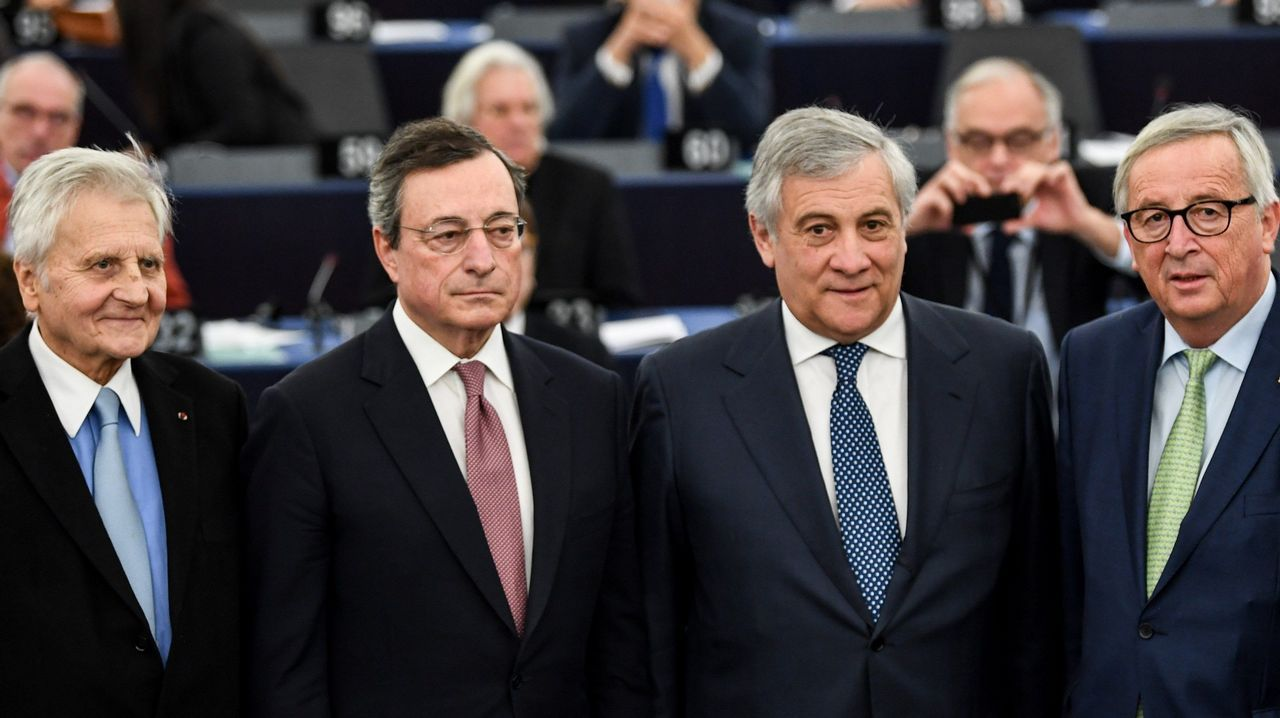 El expresidente del Banco Central Europeo (BCE) Jean-Claude Trichet; el presidente del BCE, Mario Draghi; el presidente del Parlamento Europeo (PE), Antonio Tajani, y el presidente de la Comisión Europea, Jean-Claude Juncker, posan tras asistir a la conmemoración del vigésimo aniversario de la introducción de la moneda única celebrada en el PE en Estrasburgo, Francia