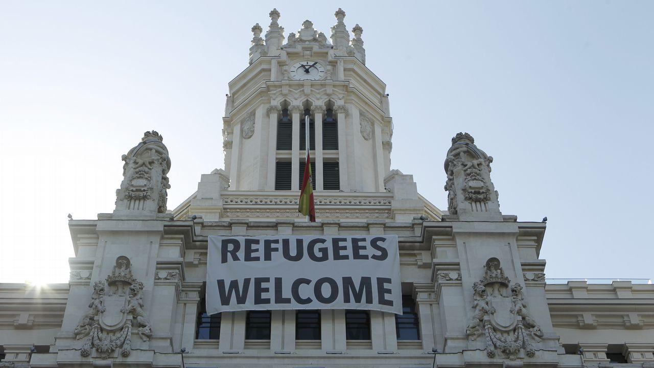 .La bandera del Ayuntamiento de Madrid a media hasta a media asta tras de los atentados ocurridos ayer en Barcelona y Cambrils