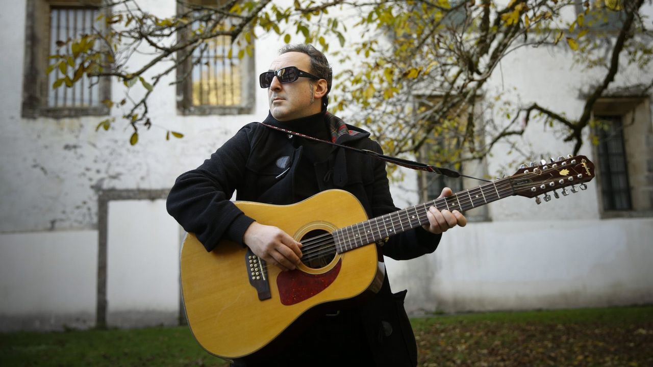 Alain Urrutia estrena en Santiago una muestra en la que juega con el efecto espejo