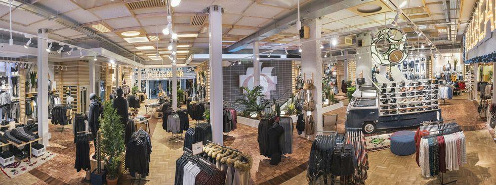 La gestión de los residuos de los buques durante su escala en el puerto de Ferrol.La nueva tienda de Pull en Odeón tendrá una imagen inspirada en el surf, que ya se ha aplicado en otras tiendas, en la foto, en Madrid.