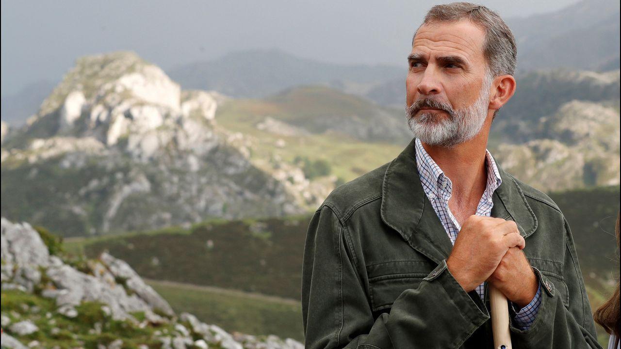 El rey Felipe posa durante el recorrido con motivo de la celebración del primer centenario del Parque Nacional de la Montaña de Covadonga -embrión del actual Parque de los Picos de Europa-