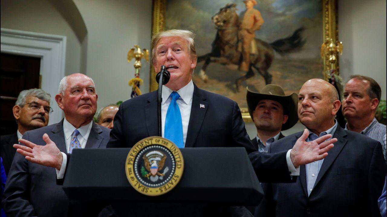 Trump presentó las ayudas en la Casa Blanca rodeado de agricultores