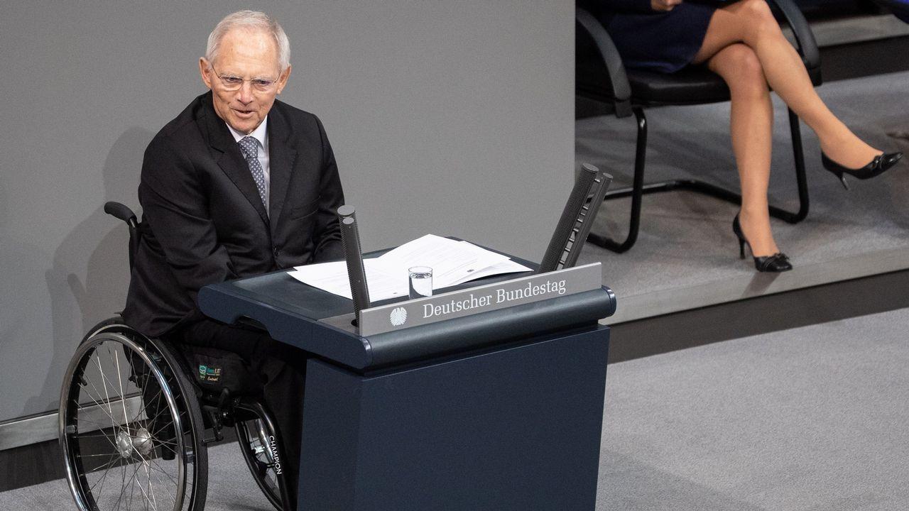 El presidente del Parlamento alemán, Wolfgang Schäuble, ofrece un discurso durante una ceremonia en el Parlamento en Berlín (Alemania) para conmemorar el centenario del sufragio femenino en Alemania. El 19 de enero de 1919 las mujeres alemanas acudieron a votar por primera vez en las elecciones a la Asamblea Nacional