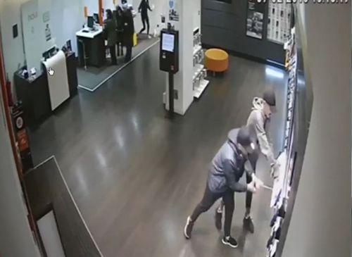 Christian Fernandez Real Oviedo Albacete Carlos Tartiere.Dos ladrones grabados por una cámara de seguridad mientras arrancan los móviles en una tienda de telefonía