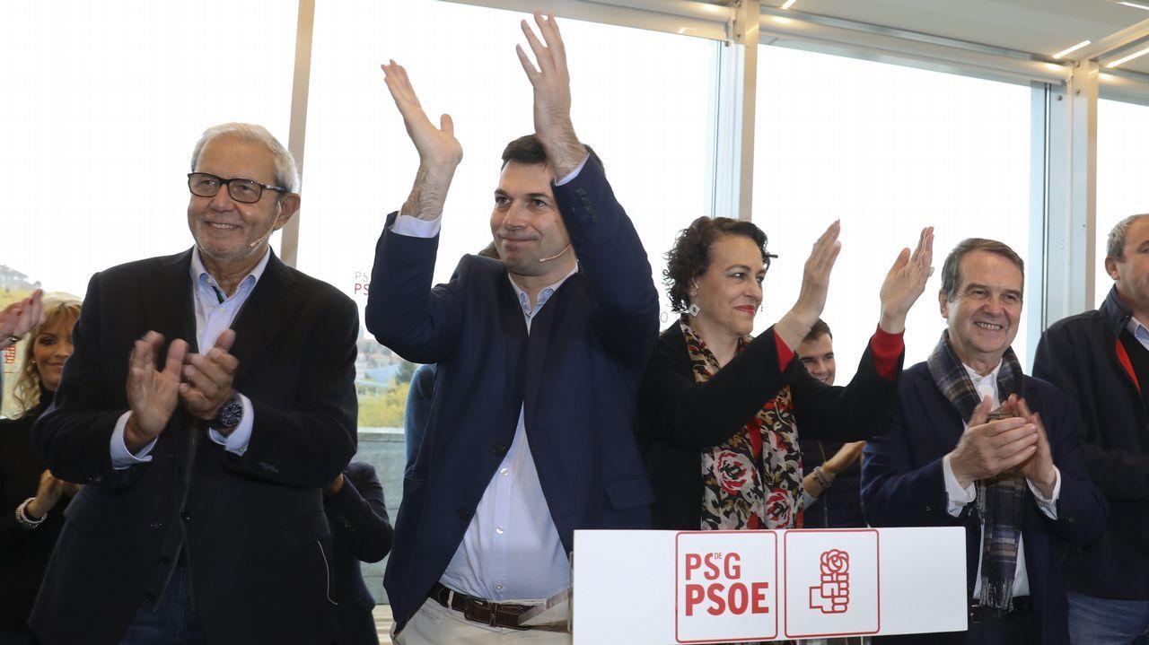 Caballero, proclamado candidato oficial y arropado por los suyos.Josep Borrell, hoy en Bruselas