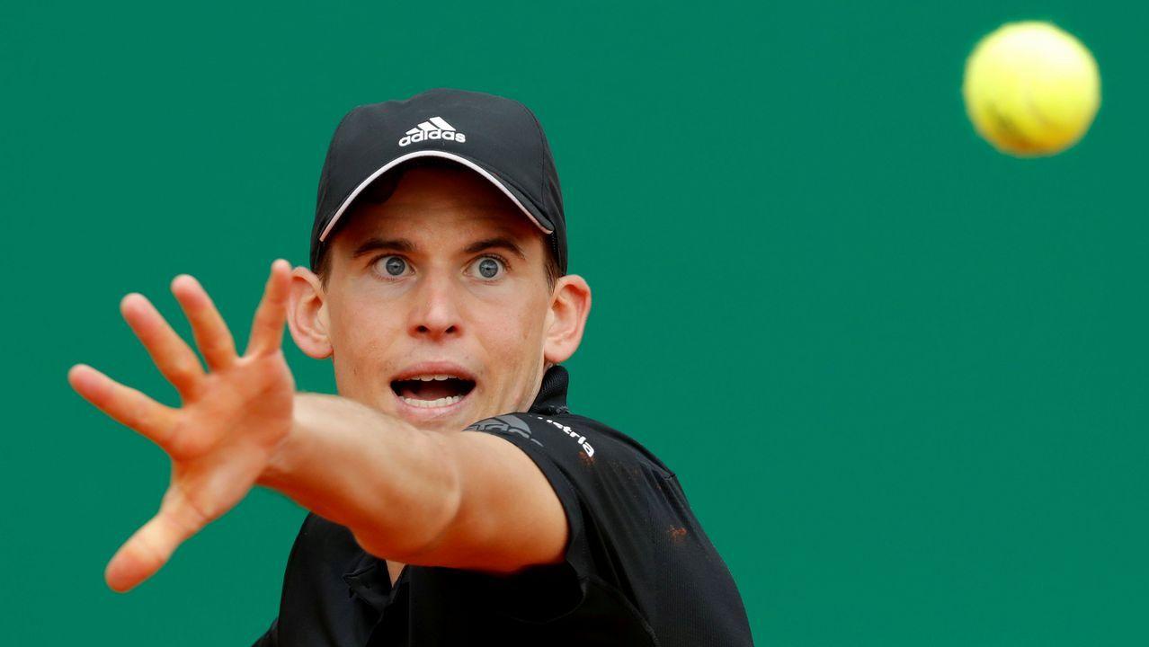 .El tenista Dominic Thiem se prepara para golpear la bola en el Master de Monte Carlo