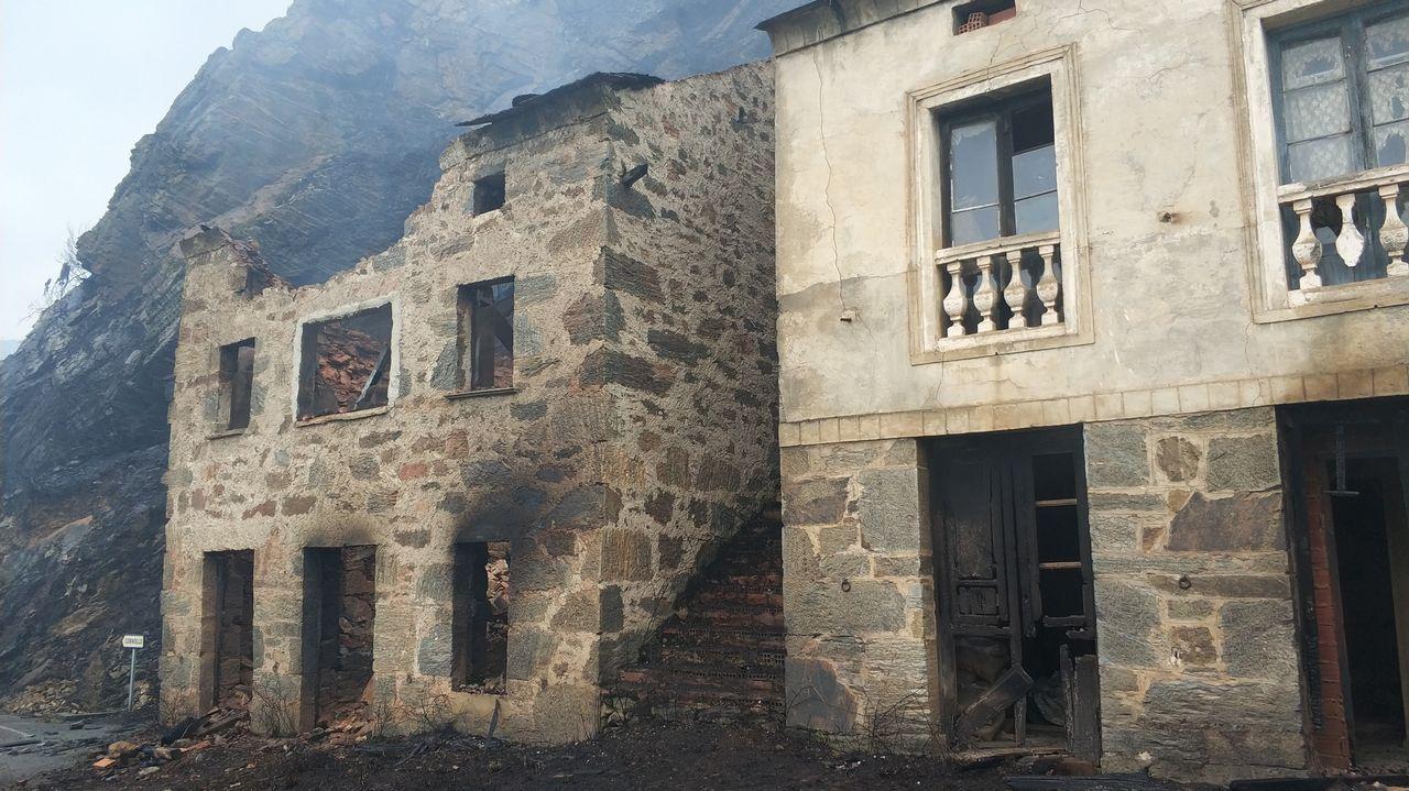 Frente de llamas del incendio de Degaña.Un bombero participa en las labores de extinción del incendio declarado en Asturias