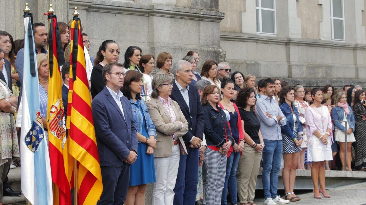.El presidente de la Xunta, Alberto Núñez Feijoo y varios conselleiros en el minuto de silencio que ha realizado esta mañana parte del gobierno gallego en la sede de la Xunta