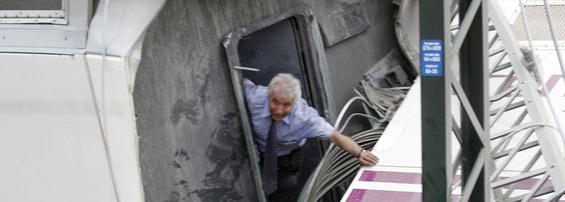El inteventor saliendo del tren tras el accidente