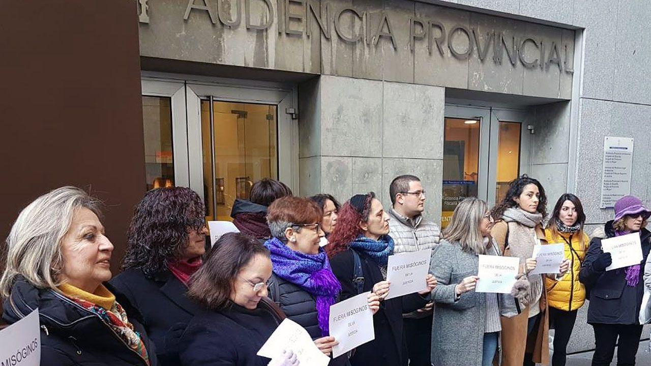 Concentración feminista en Ourense.Concentración de colectivos feministas delante de la Audiencia Provincial, en Oviedo