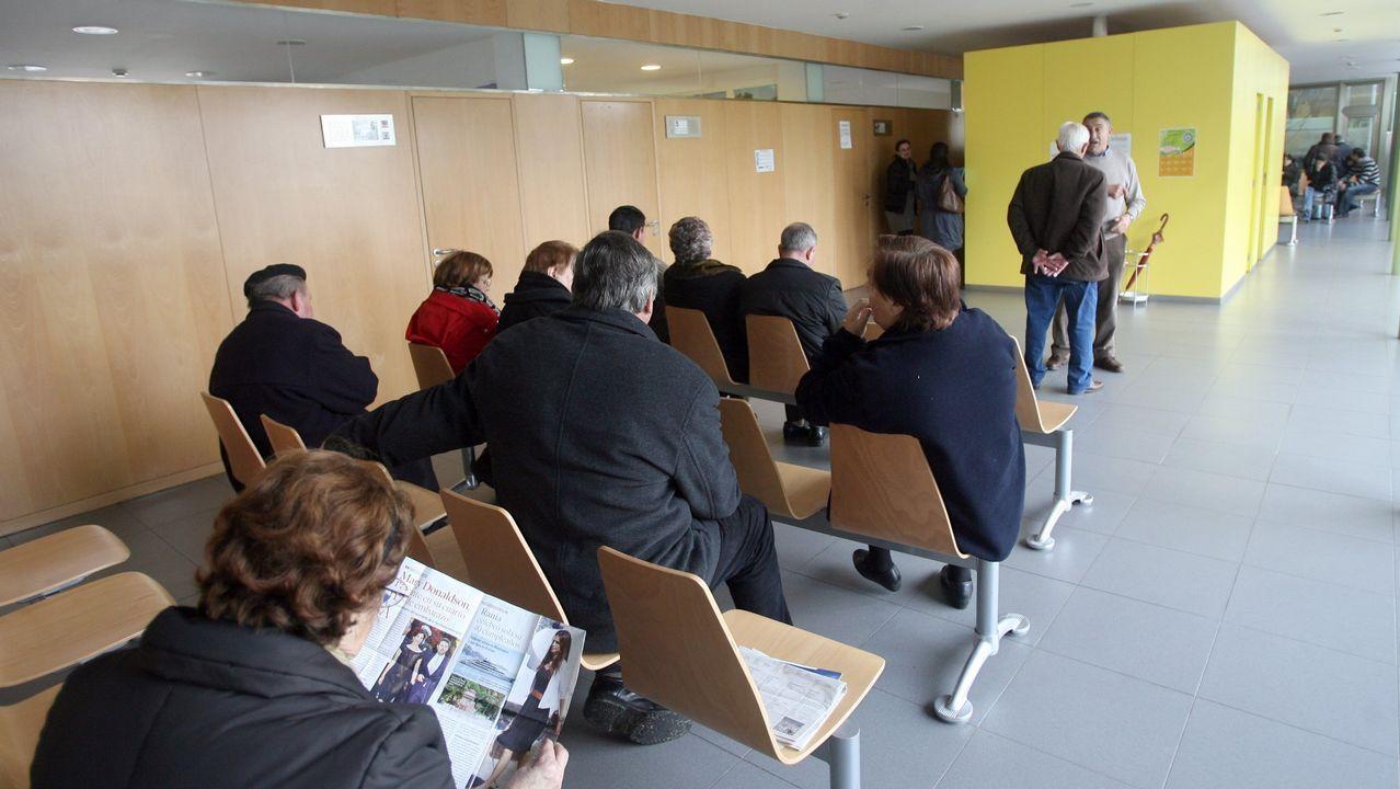 Concentración en el centro de salud de Viveiro.Los médicos de familia precarios realizaron ayer asambleas en las sedes de los colegios de Santiago, Pontevedra, Ourense y Lugo