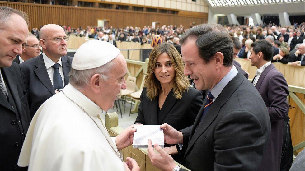 Frío glacial en Europa.El padre Ángel y Javier Fernández, rodeados de integrantes de Mensajeros por la Paz, en Madrid