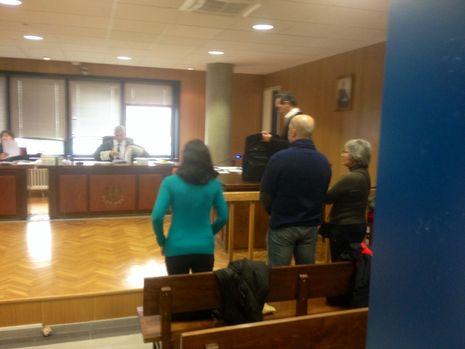 Tres de los acusados por un delito de calumnia con publicidad, en el juicio en Penal número 3 de Vigo