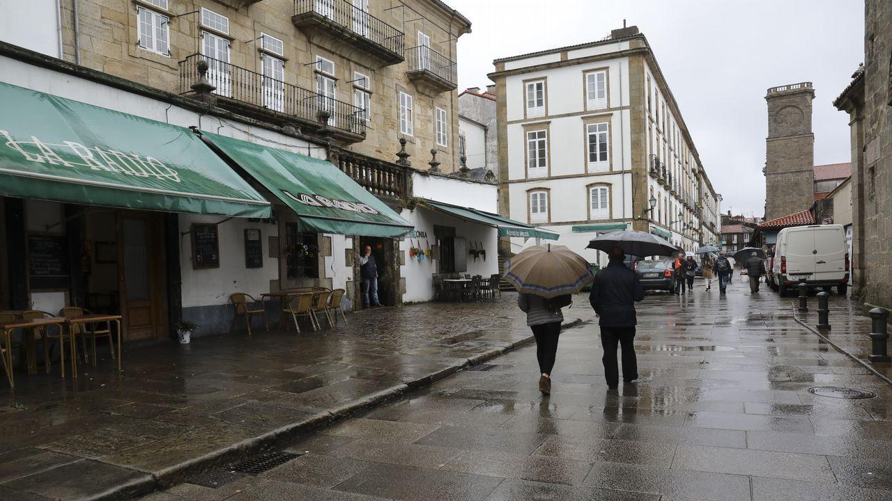 «Los padres tapan con sus paraguas a los niños que van al comedor»
