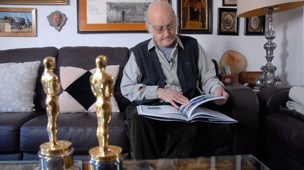 Gil Parrondo, con sus dos Oscars.Gil Parrondo, con sus dos Oscars