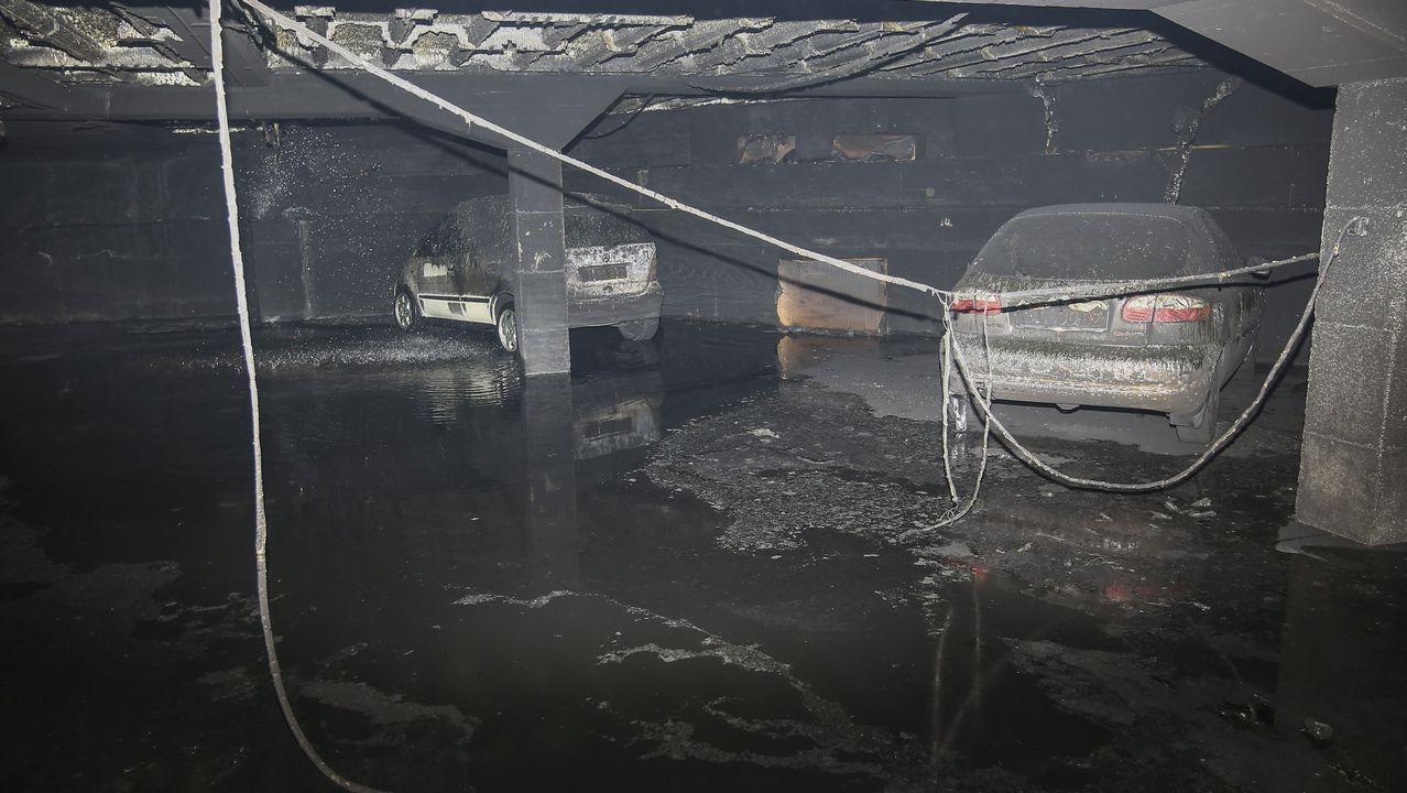 Un incendio en la freidora de un bar en Carballo destrozó el garaje contiguo.