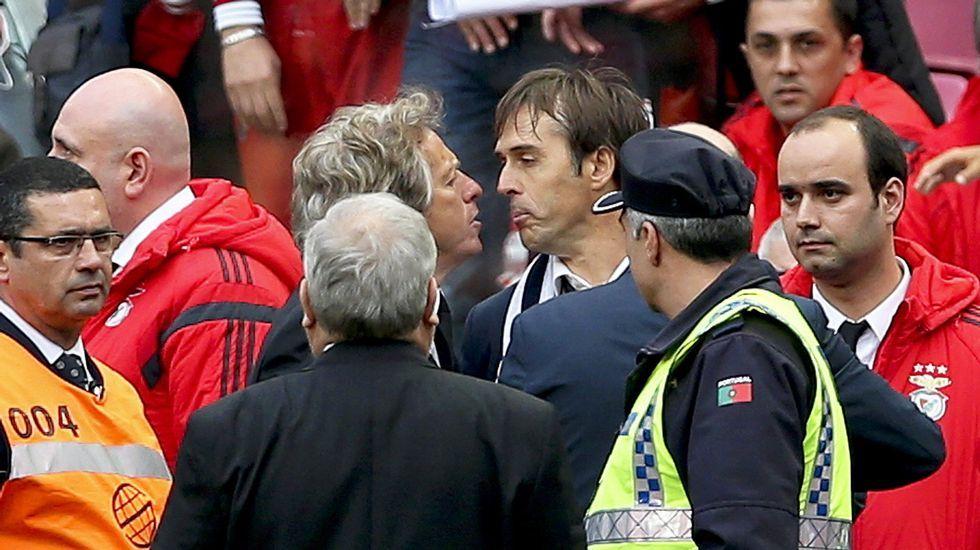 Enfado con el entrenador del Benfica, gran rival del Oporto en la Liga portuguesa.
