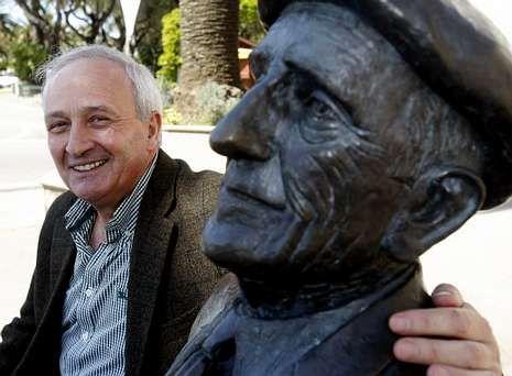 obama.Manuel Núñez, ayer junto a la estatua del poeta Ramón Cabanillas, en Cambados.
