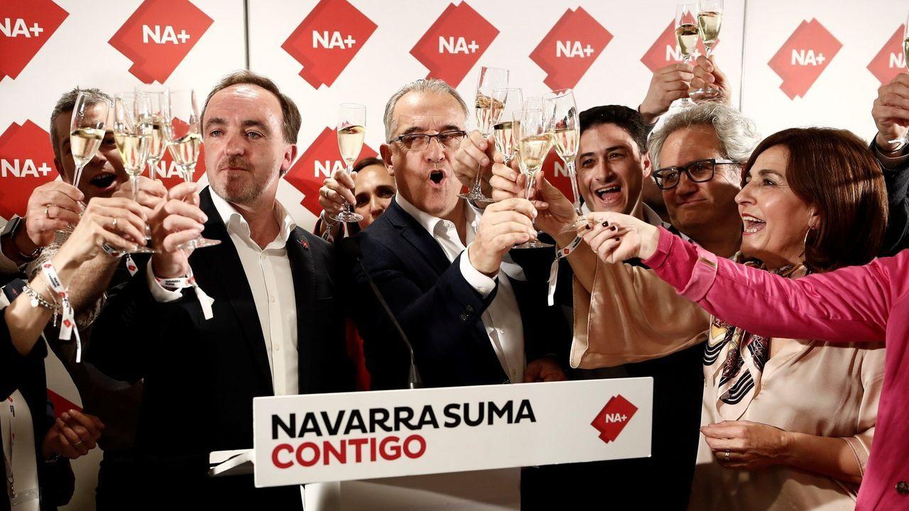 Maya, en el centro, brinda con sus colaboradores en la noche electoral