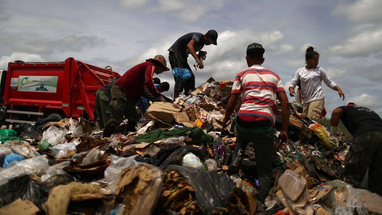 Inmigrantes venezolanos rebuscan en un vertedero de Paracaima, ciudad brasileña fronteriza