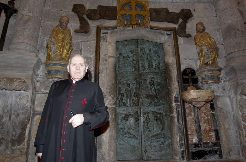 Apertura de la puerta de la misericordia de la Catedral de Santiago.El deán compostelano, frente a la Puerta Santa que abrirá este año de forma extraordinaria.
