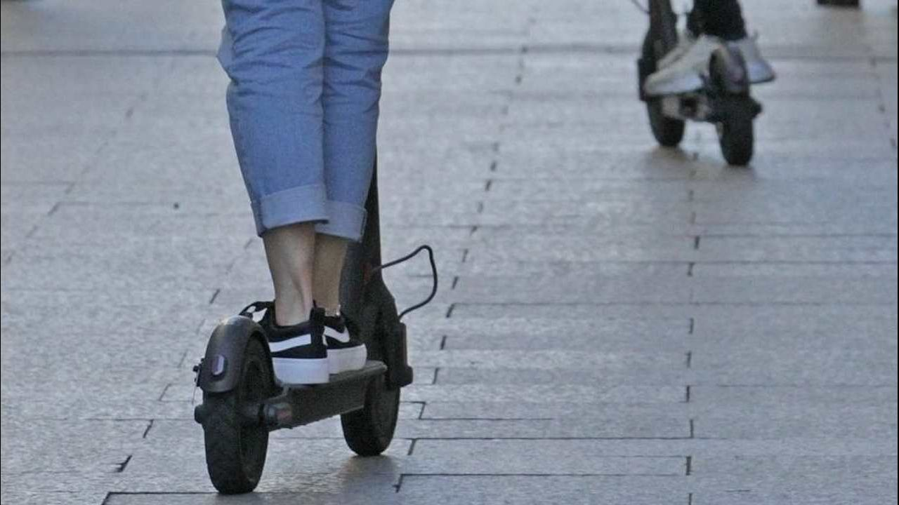 El fiscal de Tráfico de Galicia propone un carnet para bicis y patinetes eléctricos.Este jueves ha arrancado la segunda edición de O Son do Camiño, festival que traerá a el Monte do Gozo a más de 30 bandas y artistas