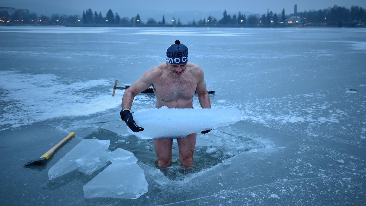 Chapuzón en un agujero abierto en el río Neisse, que se había congelado