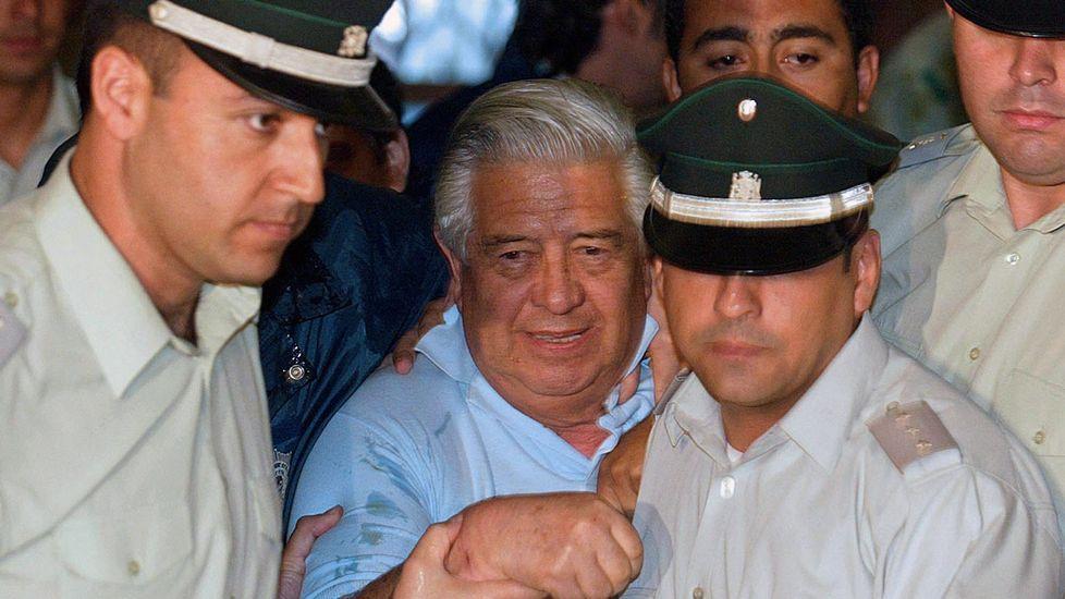 .Manuel Contreras, en el centro, yendo a declarar en el 2005