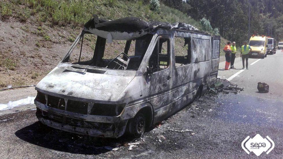 Incendio de una autocaravana en Ribadesella.Beatriz Manchón y Manolo Busto, junto a una K-2