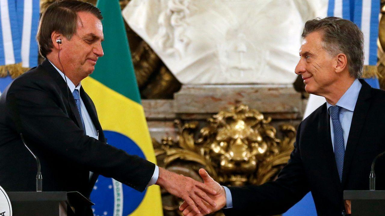 Bolsonaro y Macri se saludan antes de ofrecer una comparecencia conjunta en Buenos Aires