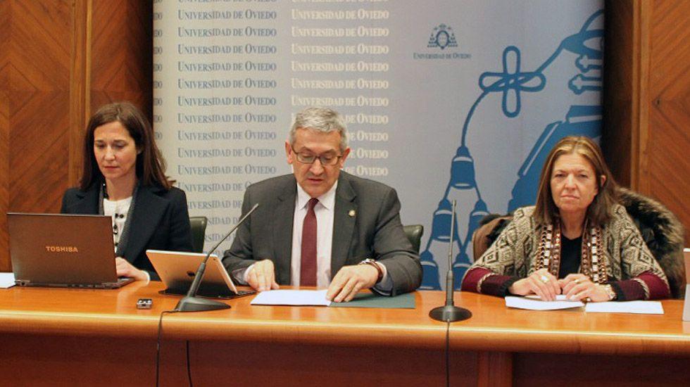 El rector de la Universidad de Oviedo, Santiago García Granda, con la vicerrectora de Estudiantes, Elisa Miguélez, a la derecha.El rector de la Universidad de Oviedo, Santiago García Granda, con la vicerrectora de Estudiantes, Elisa Miguélez, a la derecha