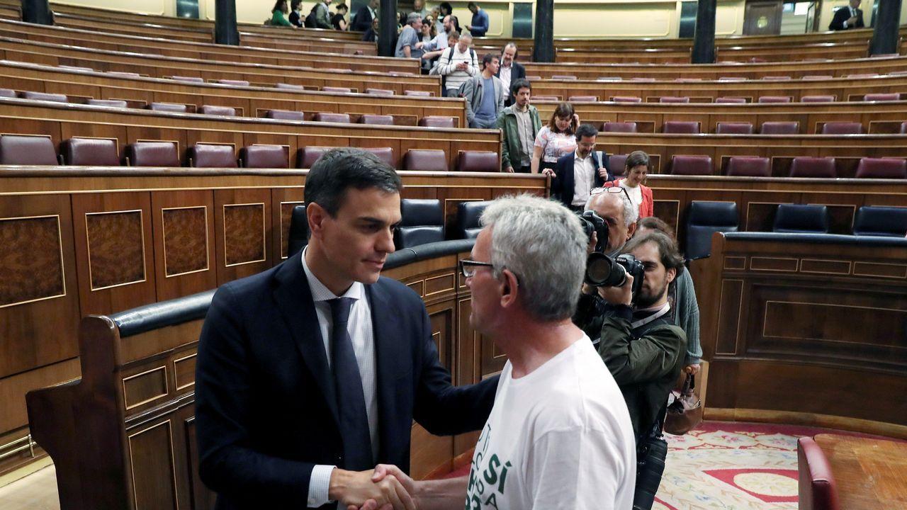 Saludo entre Pedro Sánchez y Diego Cañamero, diputado de Podemos.