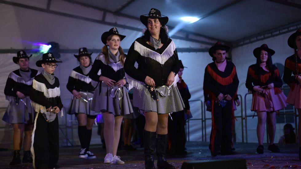 Comparsa Ponte a bailar , de A Ponte do Porto, en el concurso de carnaval de Dumbría