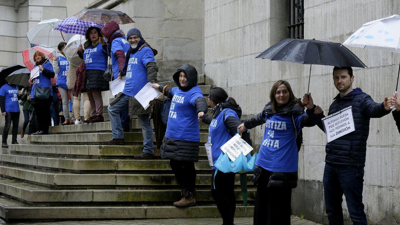 Concentración de funcionarios de A Coruña y Ferrol ante la sede del Tribunal Superior de Xustiza de Galicia, en A Coruña