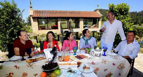 .En Galicia hay más de 60.000 estudiantes en las tres universidades del la comunidad, que pagan unos 900 euros anuales por la matrícula sin repeticiones.